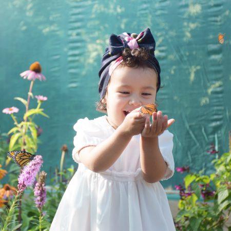 enfant avec papillon